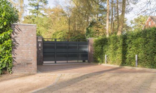 Einfahrt eines Grundstücks mit einem Tor in anthrazit